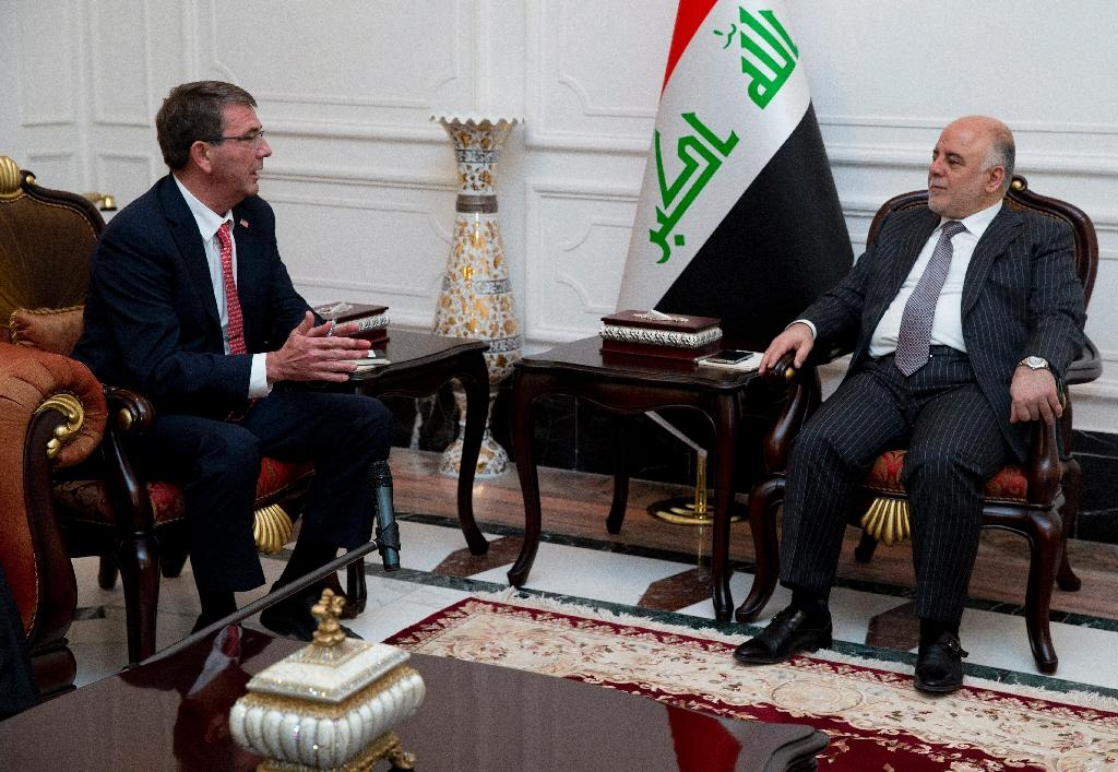 US Defence Secretary Ashton Carter (L) meets with Iraqi Prime Minister Haider al-Abadi in the prime minister's office in the capital Baghdad on July 23, 2015 (AFP Photo/Carolyn Kaster)