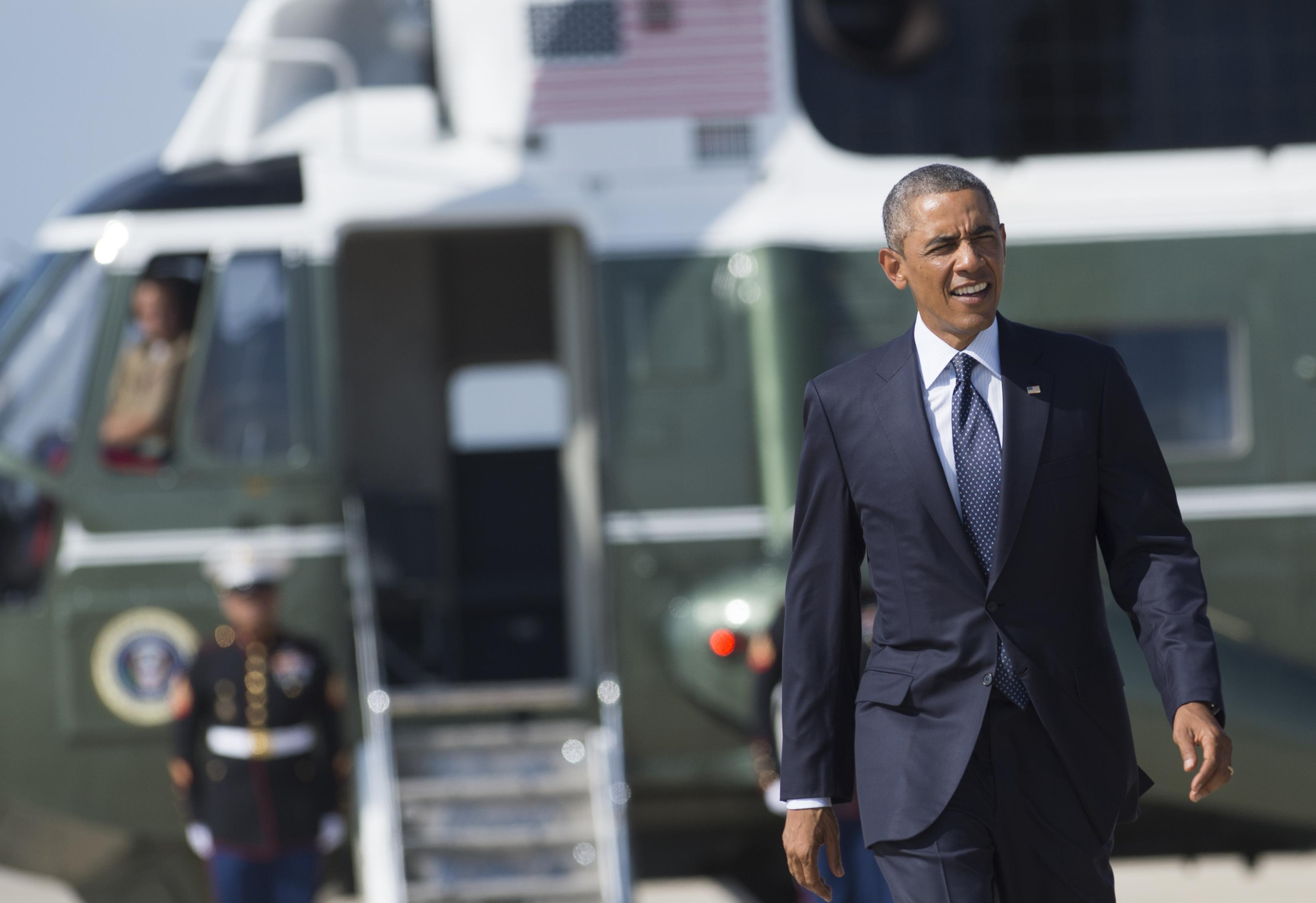 US President Barack Obama walks to Air Force One from Marine One prior to departing from Andrews Air Force Base in Maryland, September 2, 2014 (AFP Photo/Saul Loeb)