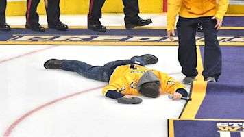 Musician Gavin DeGraw face-plants after signing anthem at Predators game