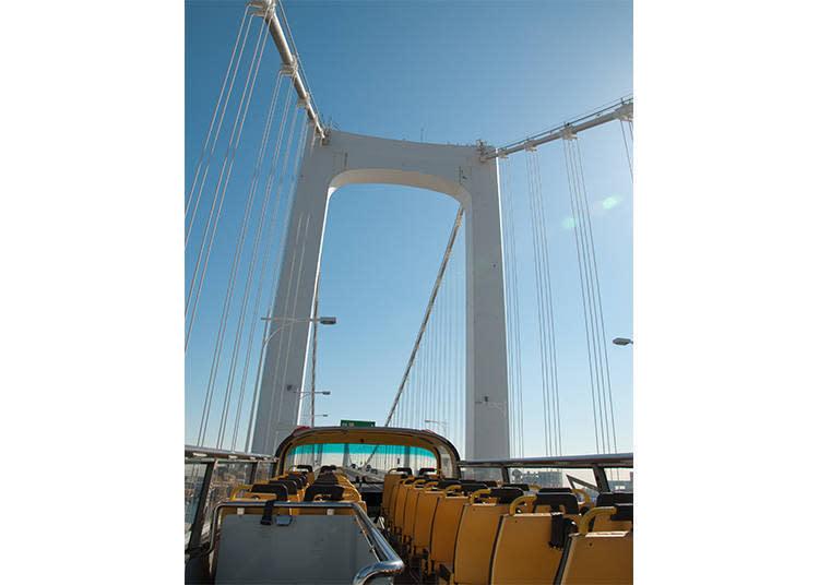 拱橋狀的彩虹大橋,巴士行駛在橋的前段,車身前半有些微坡度時即是最佳攝影timing!不必擔心會被其它車輛擋住視線
