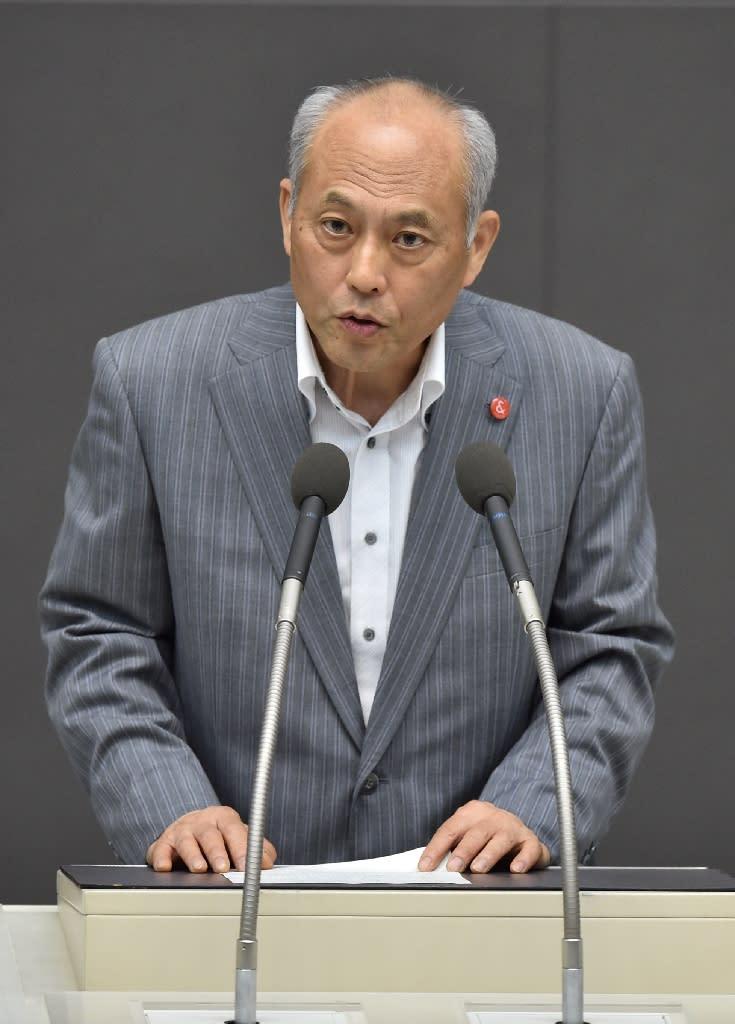 Tokyo governor Yoichi Masuzoe delivers his resignation speech in the Japanese capital on June 15, 2016 (AFP Photo/Kazuhiro Nogi)
