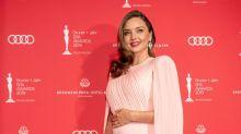 Miranda Kerr adopta la pose de embarazo de Meghan Markle