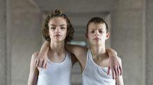 Fotógrafo faz série de imagens de gêmeos idênticos para mostrar diferenças sutis entre eles