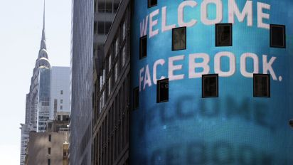 Facebook plunge leads tech, Wall Street sell-off