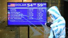 Tras apreciarse en la apertura, el peso argentino vuelve a caer