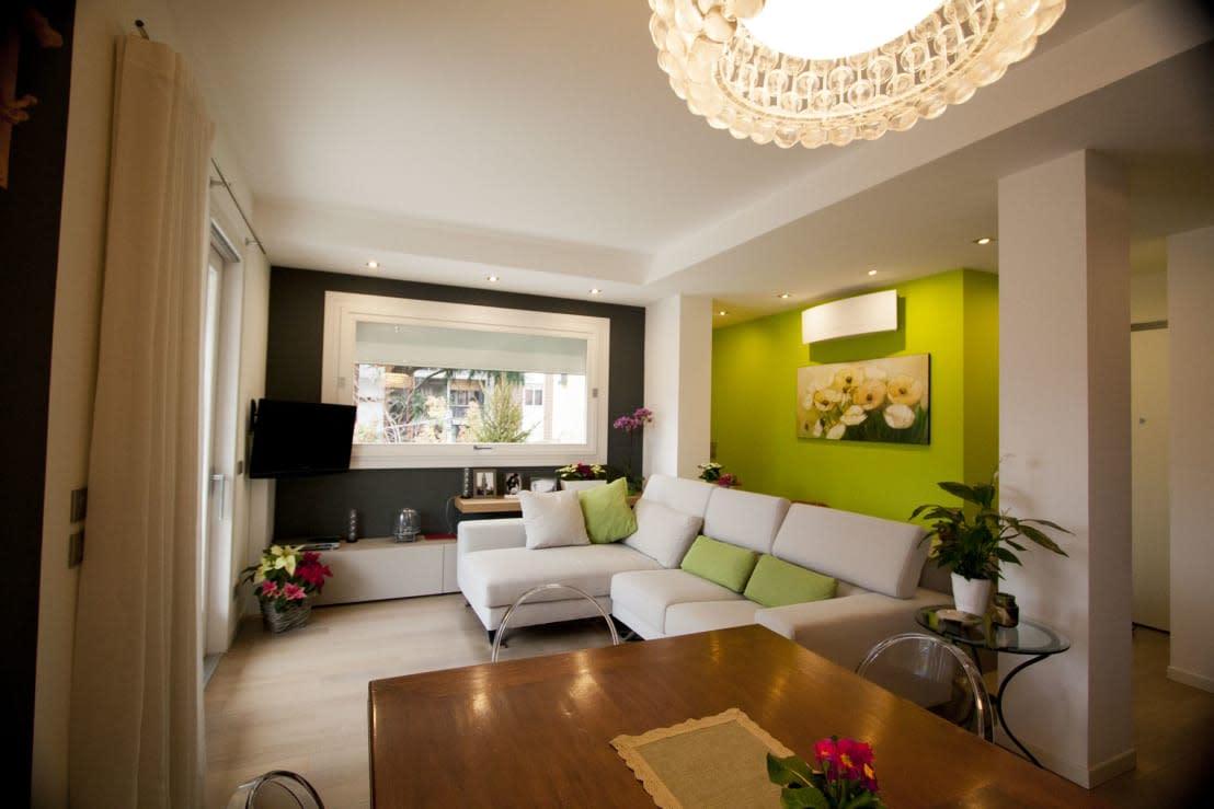 Un pequeño apartamento con una moderna zona de salón para copiar