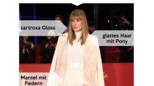Look des Tages: Rosamund Pike mit Federmantel und Layer-Look auf der Berlinale