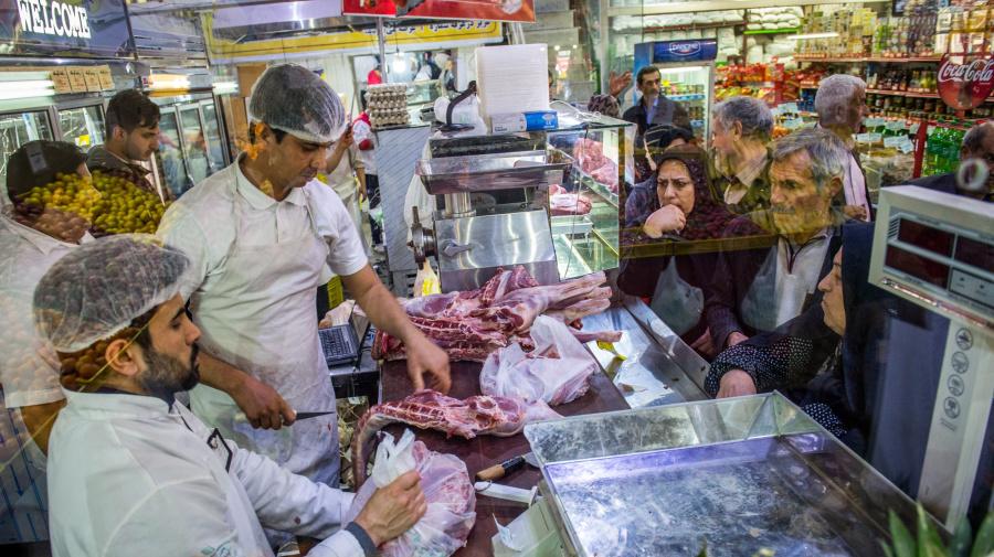 Iraníes hacen fila al amanecer para obtener comida subsidiada