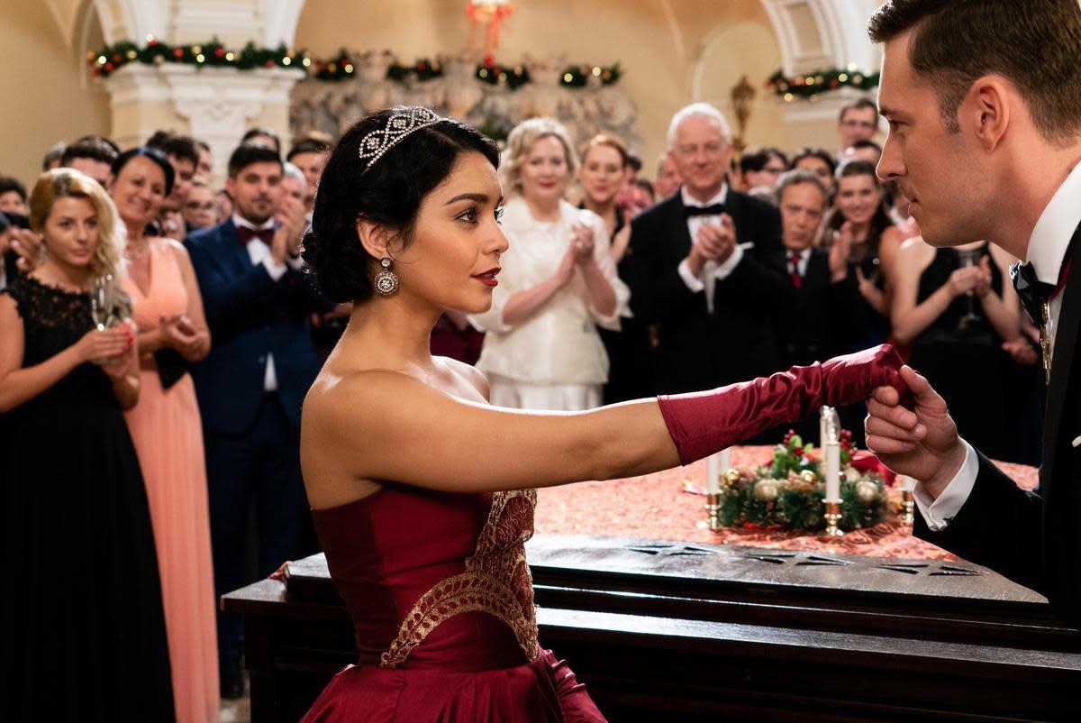 女公爵瑪格麗特對於嫁入貝爾格萊維亞皇室,認為只是盡責任,沒有愛情的考量。但在跟史黛西交換身分後,假冒的瑪格麗特卻讓王子愛上了她。這要怎麼辦,欺君罪,罪不輕。(Netflix提供)