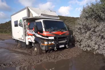 Mitsubishi Canter經典卡車改成露營車不稀奇,但〝落V8引擎〞可就嚇人了!(影片)
