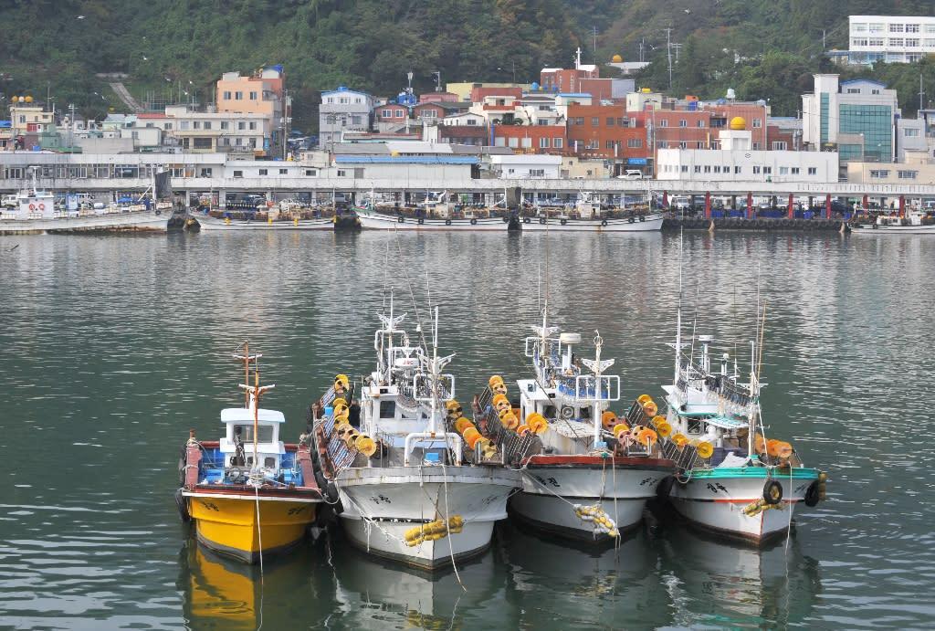 Fishing boats anchored at the main port on South Korea's Ulleung Island, in the Sea of Japan, on November 7, 2008 (AFP Photo/Kim JAE-HWAN)