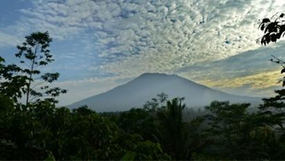 Residents flee amid eruption fears of Bali volcano