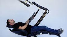 Este es el escritorio que permite a los empleados trabajar estirados como en el sofá de casa