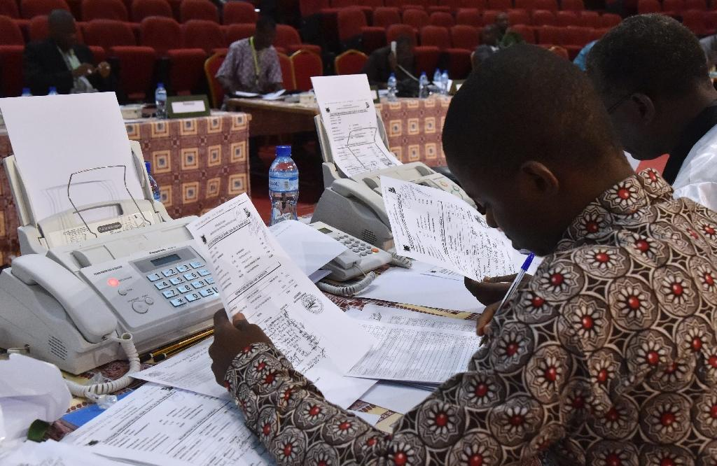 Niger's Independent Election Commission (CENI) members check the results of the presidential elections on March 21, 2016 at the Palais des Congres in Niamey (AFP Photo/Issouf Sanogo)