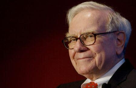 Warren Buffett speaks out on Apple's cash pile