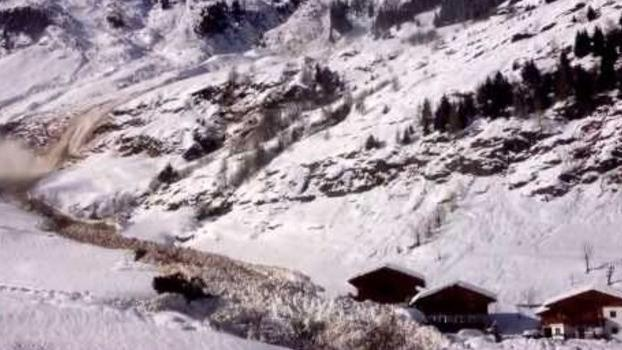 Avalanche Narrowly Misses Houses in South Tyrol