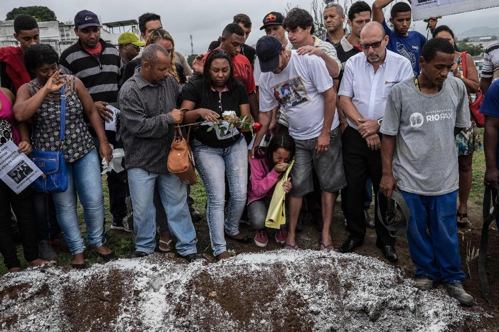 Relatives and friends mourn Wesley Castro Rodrigues, 25, killed with four other friends last Satuday by policemen who shot 50 times at their car, in Rio de Janeiro, Brazil, on November 30, 2015 (AFP Photo/Christophe Simon)