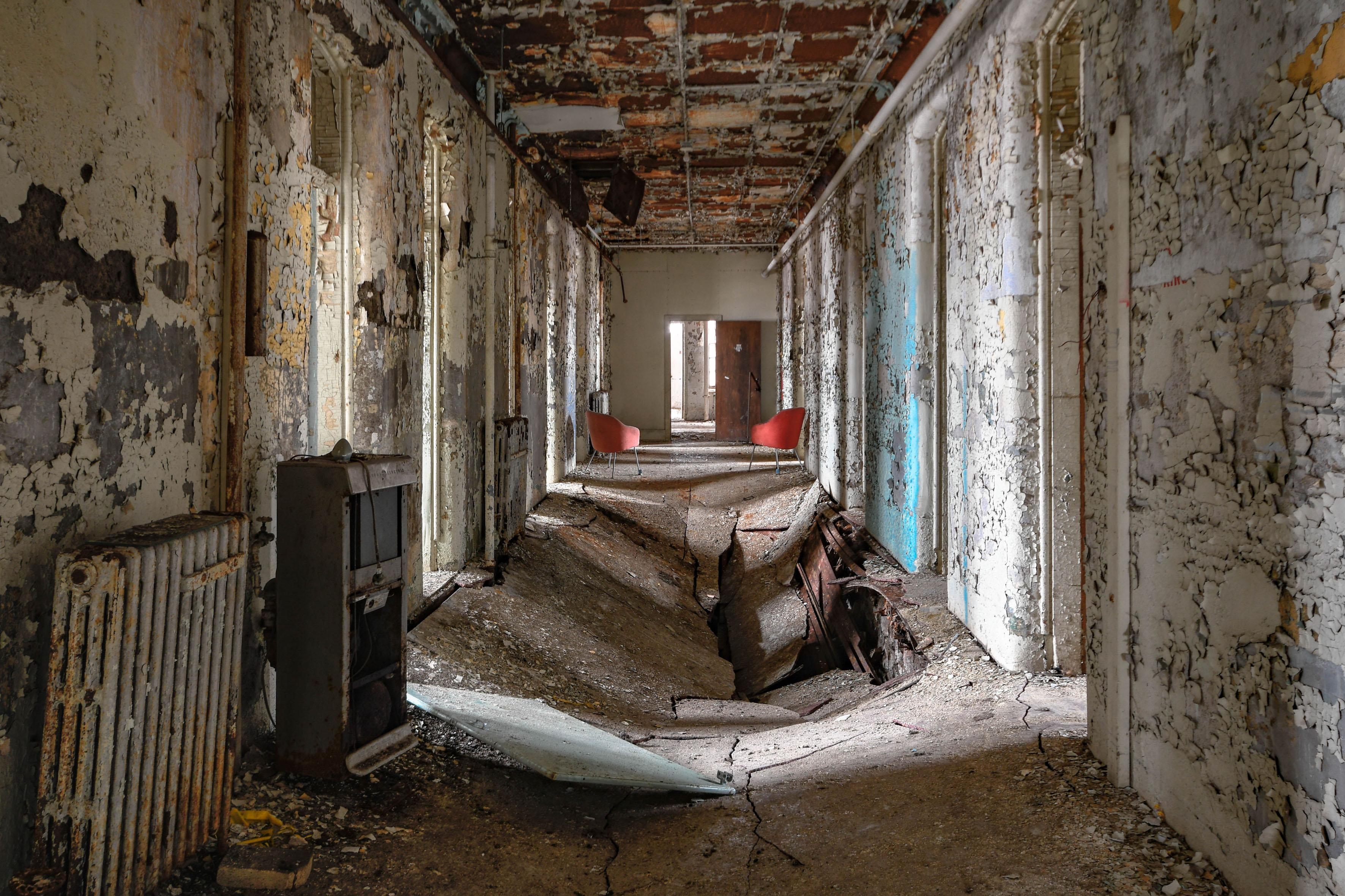 <p>These eerie images showcase the haunting abandoned asylums that lie dotted across secluded parts of the U.S. and Canada. (Photo: Freaktography/Caters News) </p>