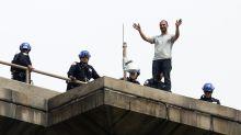 Rescatan a un hombre que amenazaba con tirarse desde el puente de Brooklyn