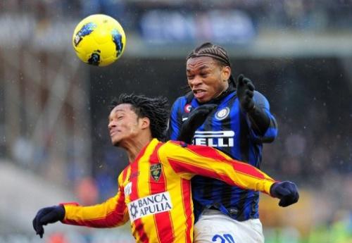 El nigeriano mediocampista del Inter de Milán Chukwuma Obi Joel (D) lucha por el balón con el delantero colombiano del Lecce Juan Guillermo Bello Cuadrado  durante la serie A de la Liga italiana de fútbol en el estadio Via del Mare en Lecce