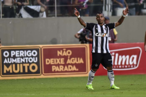 Otero recebe Bola de Prata por ter marcado um golaço contra o Coxa