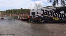 Un Dálmata accidentalmente pisó la reversa de un RV y lo envía a un lago