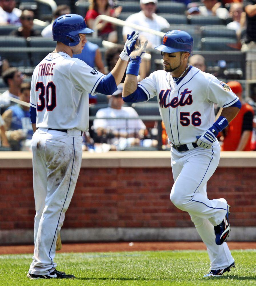 El puertorriqueño Andrés Torres, de los Mets de Nueva York, derecha, es felicitado por Josh Thole después de coenectar un cuadrangular solitario contra los Marlins de Miami, en la sexta entrada del juego del jueves 9 de agosto de 2012, en  el Citi Field, en Nueva York. (Foto AP/Seth Wenig)