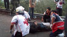 Cuatro muertos y 35 heridos al volcarse un autobús en el sureste de México