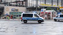 Geländewagen fährt am Bahnhof Zoo in Menschengruppe