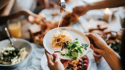 Comer pasta tres veces a la semana puede ayudar a perder peso en vez de ganar más, según estudio canadiense