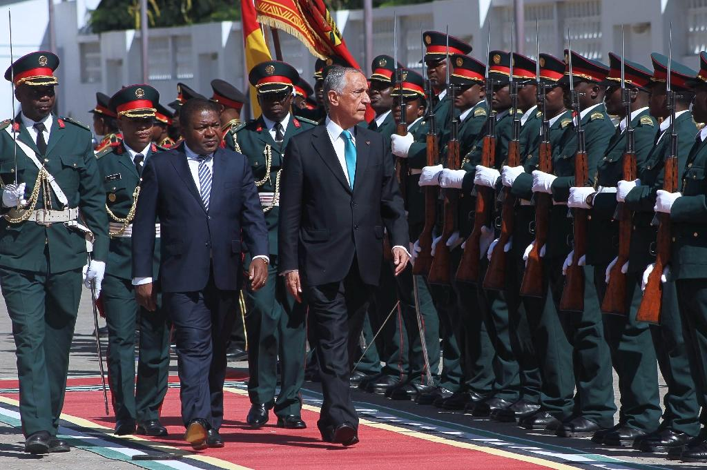 Mozambican President Filipe Nyusi (L) reviews an honour guard with his Portuguese counterpart Marcelo Rebelo de Sousa (R) during a welcoming ceremony in Maputo on May 4, 2016