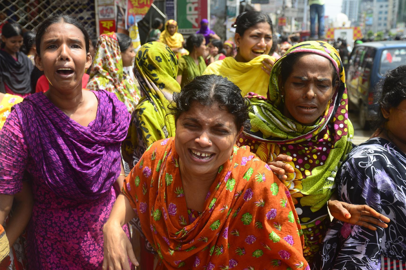 Bangladesh garment workers react after police stormed a textile factory in Dhaka on August 7, 2014 and evicted employees striking over pay (AFP Photo/Munir Uz Zaman)