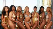 Sieben Unternehmerinnen posieren in metallischer Badebekleidung für bestärkendes Fotoshooting