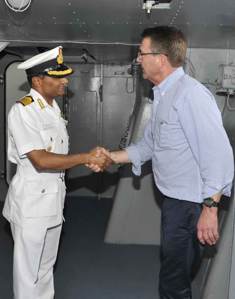Indian Navy Captain K. Swaminathan (L) welcomes US Secretary of Defence Ashton Carter to the Indian Navy's flagship INS Vikramaditya at Karwar Naval Base in Karnataka, India on April 11, 2016 (AFP Photo/)