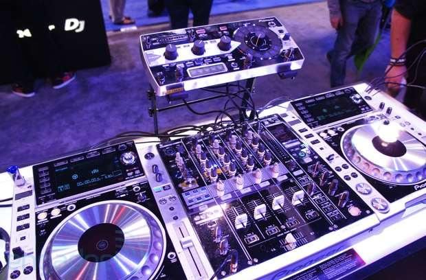 Pioneer Platinum Edition CDJ2000nexus, DJM-900nexus and RMX-1000 eyes-on