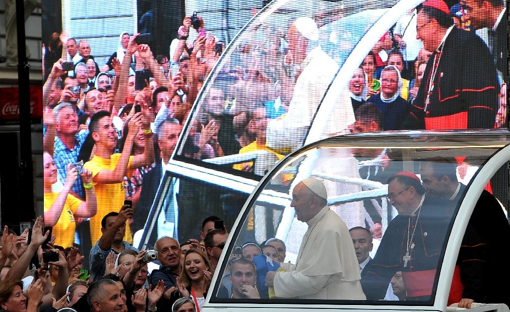 Pope Francis greets the crowd from the popemobile in a street of Sarajevo, on June 6, 2015, ahead of a ceremony at the Catholic Cathedral (AFP Photo/Elvis Barukcic)