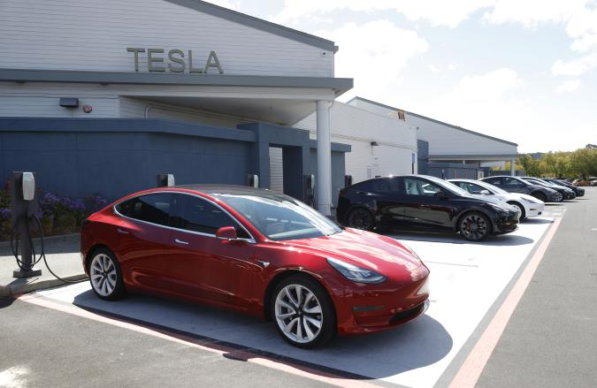 CORTE MADERA, CALIFORNIA - APRIL 26: Tesla cars charge at a Tesla Supercharger station on April 26, 2021 in Corte Madera, California. Tesla will report first quarter earnings today after the closing bell. (Photo by Justin Sullivan/Getty Images)