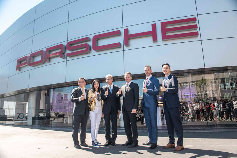 Porsche海外銷售事業部副總裁Matthias Becker(右三)、台灣保時捷總裁Martin Limpert先生(右二)、義美食品高志尚董事長(左三)、尚騰汽車高易誼董事長(左二)、吳睿弘總經理(左一)及顧立愷董事(右一)共同出席開幕儀式。