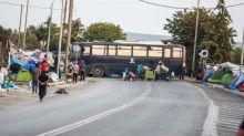 Polícia inicia transferência de migrantes para novo campo em Lesbos