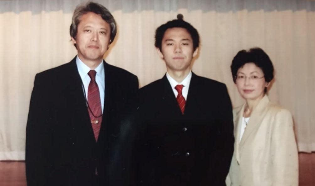Tokido成長於富裕家庭,父親谷口尚(左一)是醫科教授,母親則為企業千金,雙親的支持,讓Tokido順利走上電競選手的道路。(圖:翻攝自Youtube頻道「ELEAGUE」)