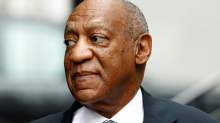 Bill Cosby sonríe mientras su víctima narra la violación