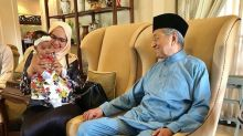 Malaysian pop star Siti Nurhaliza celebrates Hari Raya with political leaders