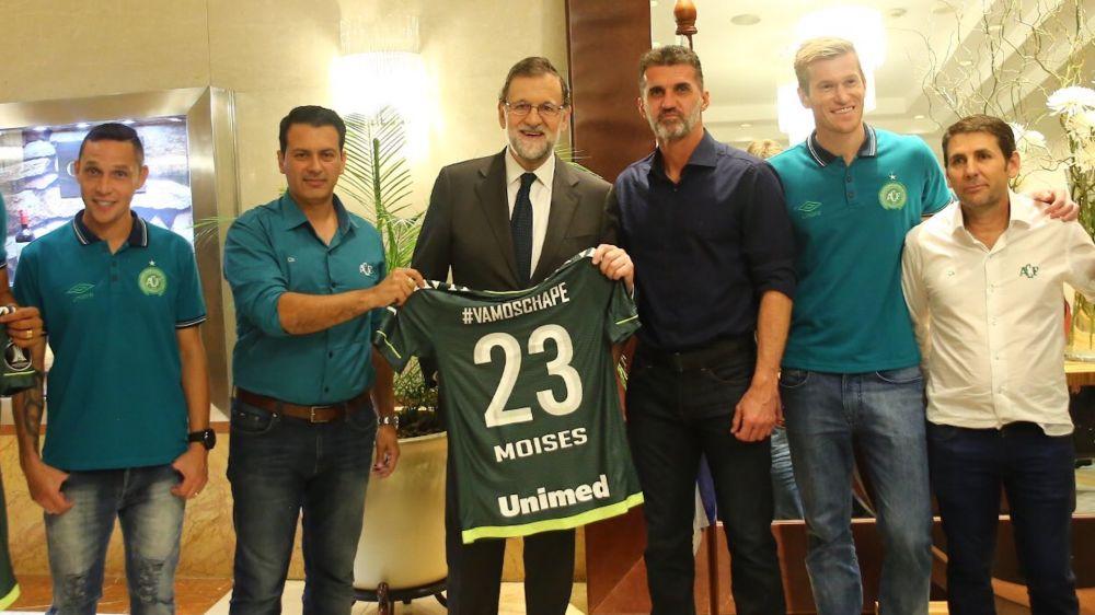 Mariano Rajoy recibe una camiseta de Chapecoense