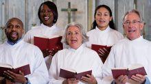 Mujer interrumpe al coro de una iglesia con una extraña petición