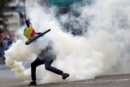 A demonstrator clashes with riot security forces during a rally against Venezuela's President Nicolas Maduro's government in Caracas, Venezuela, July 22, 2017. REUTERS/Ueslei Marcelino