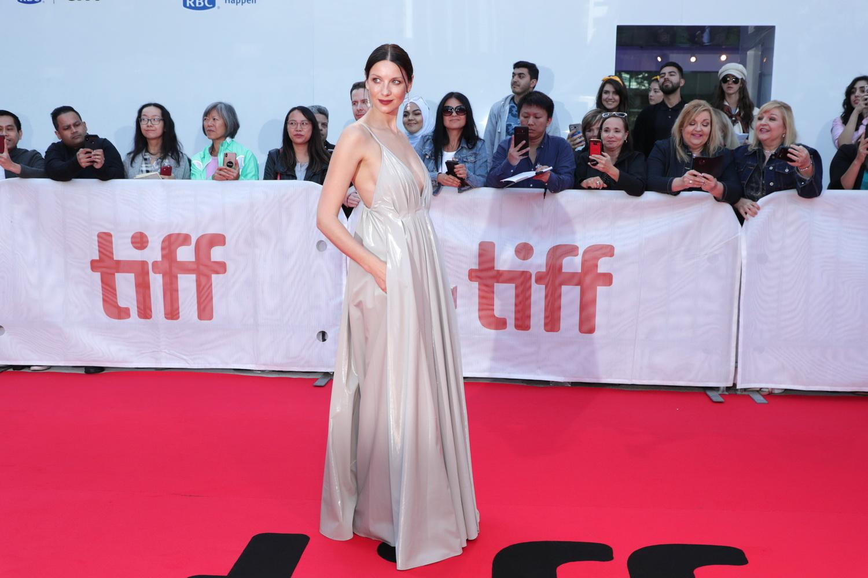 「古戰場傳奇」愛爾蘭女星凱特瑞納巴爾夫在片中飾演克里斯汀貝爾之妻,她以一席Paris Georgia深V禮服優雅現身紅毯。