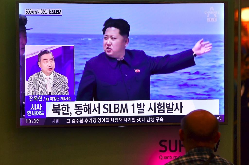 People in Seoul watch a TV broadcast showing North Korea's leader Kim Jong-Un during a missile launch on August 24, 2016 (AFP Photo/Jung Yeon-Je)