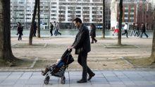 """""""J'avais hâte de reprendre le boulot"""" : ces pères contre l'allongement du congé paternité"""