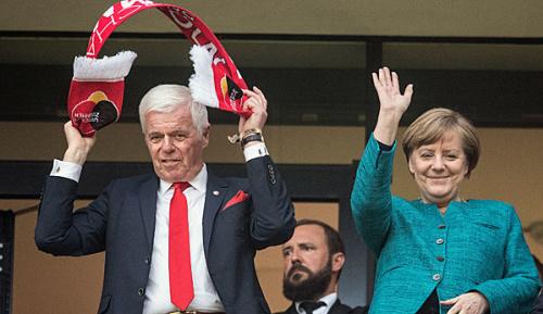 """Bundesliga: """"Wunderbare Arbeit"""": Merkel lobt Kölner Sozialengagement"""