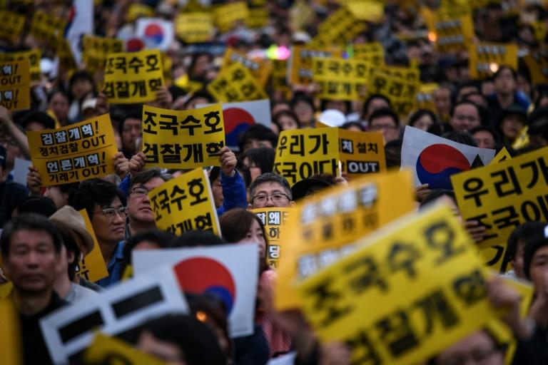 Protesters have rallied in South Korea both in support of and against the appointment of Cho Kuk as justice minister